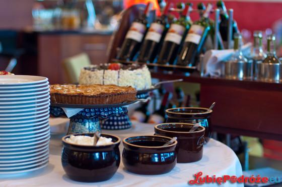 Niedzielny lunch w hotelu Hilton Warsaw / wózek z deserami
