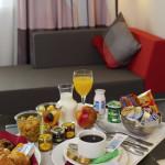 H3153 NOVOTEL LEUVEN - chambre standard rouge - petit déjeuner